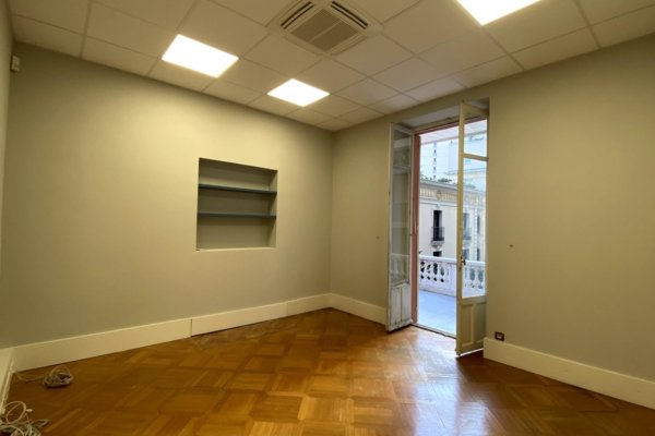 GOLDEN SQUARE 9 ROOMS OFFICE WITH PRIVATE ENTRANCE ON THE STREET